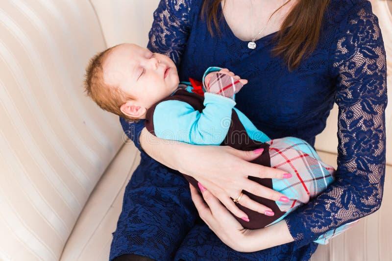 Słodki dziecka dosypianie na ręki matce zdjęcie stock