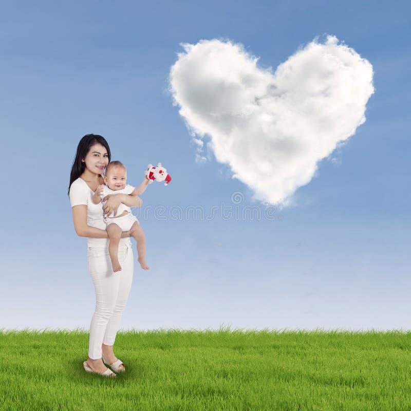 Słodki dziecko i jego matka outdoors zdjęcia stock