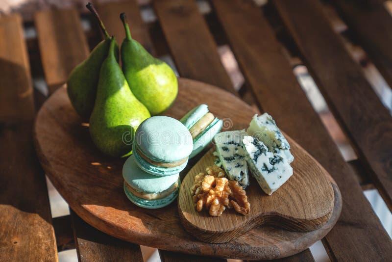 Słodki Francuski macaron z bonkretami i orzechem włoskim zdjęcia royalty free