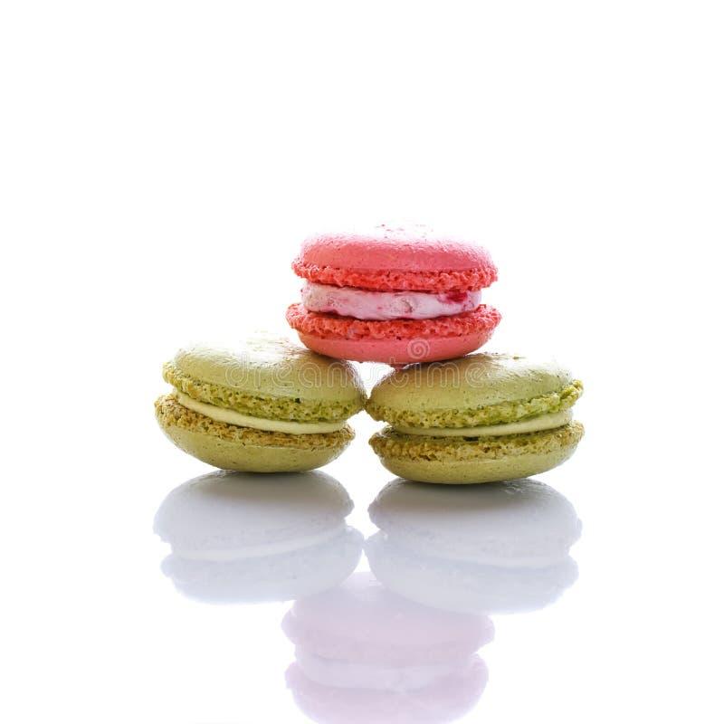 Słodki i colourful francuski macaron na białym tle lub macaroons fotografia royalty free