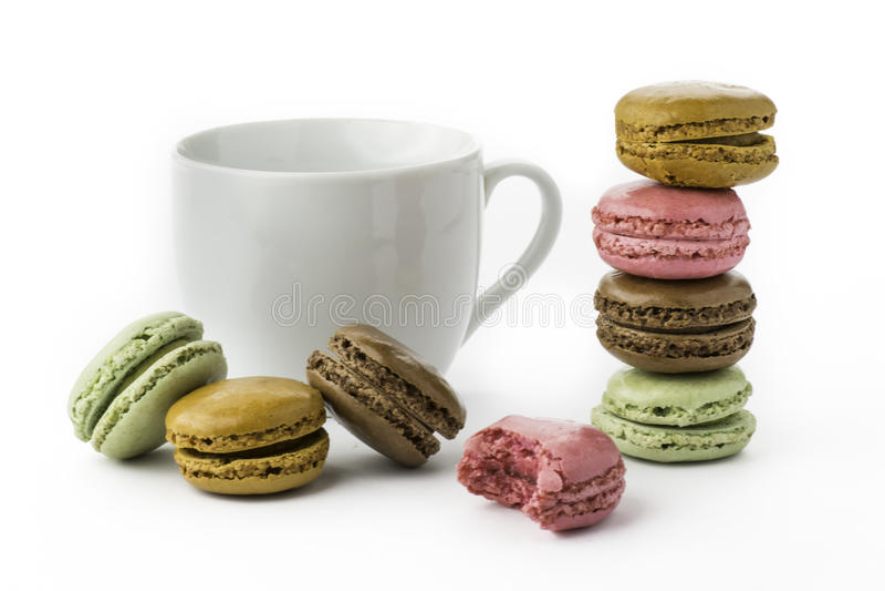 Słodki i colourful francuski macaron na białym tle lub macaroons obraz royalty free
