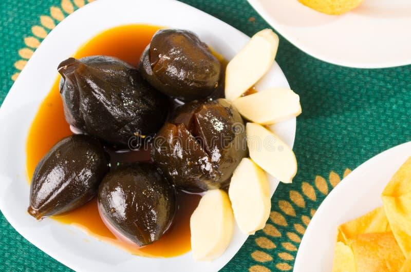 Słodki i sałatkowy deserowy tradycyjny Ekwador słuzyć na białym naczyniu, figach i serze, zdjęcie stock