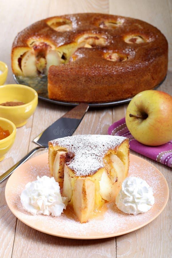 Słodki jabłczanego torta plasterek na talerzu obrazy stock
