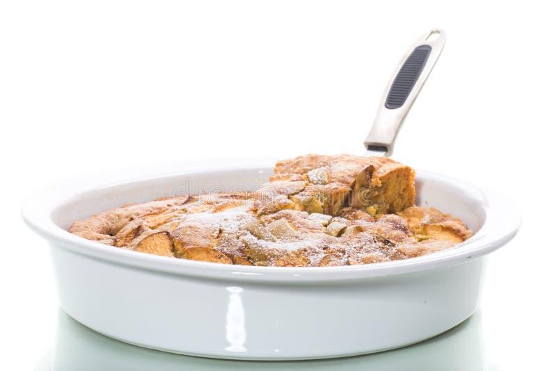 Słodki jabłczany kulebiak w ceramicznej formie na bielu obraz royalty free