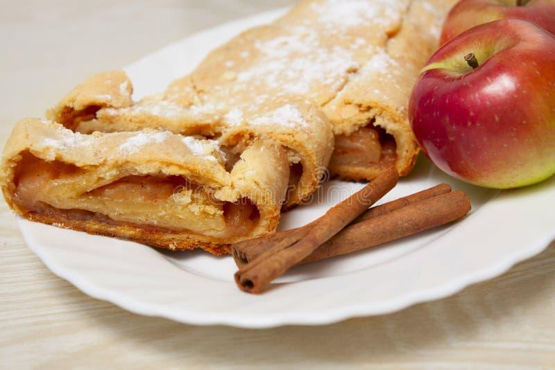 Słodki jabłczany kulebiak z cynamonem fotografia stock