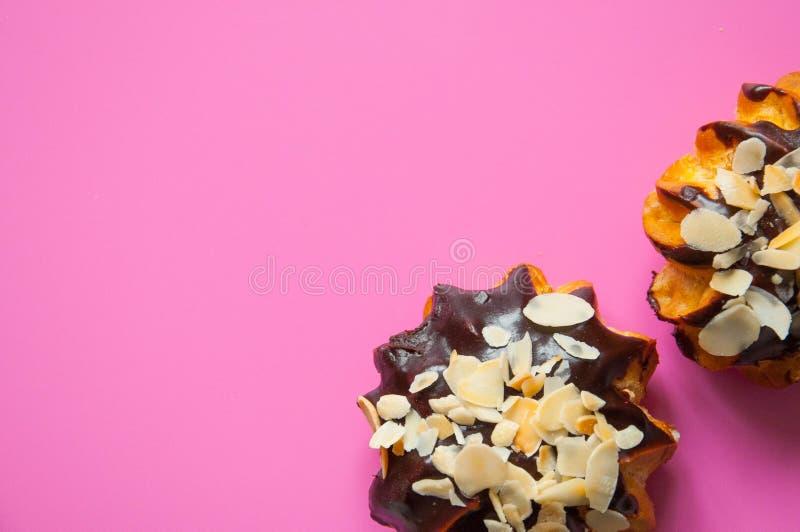 Słodki jedzenie z naturalnymi składnikami Czekoladowi eclairs z migdałowymi plasterkami obrazy royalty free