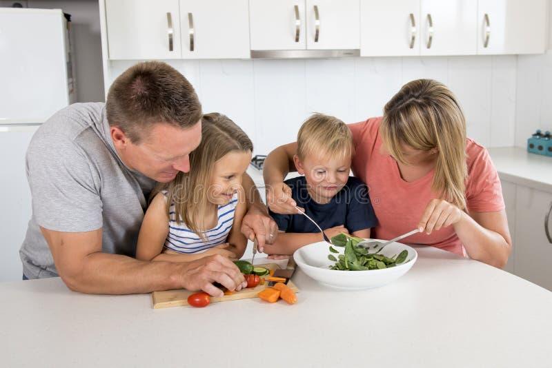 Słodki kochający rodzinny portret z mężem i żoną trzyma pięknej małej córki pozuje wpólnie przed nowożytnym domem fotografia stock