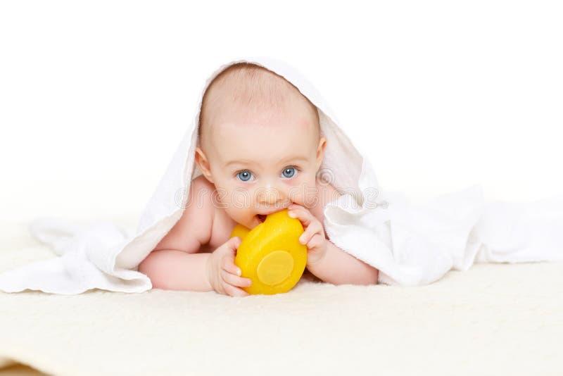 Słodki mały dziecko z ręcznikiem obrazy royalty free