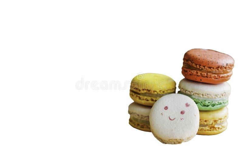 Słodki macaron na białym odosobnionym tle w uśmiech twarzy farbie lub pozytywna emocja dla wszystkie projekta na dobre Domowej ro obraz royalty free