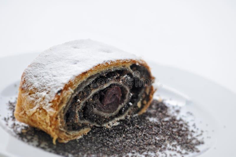Słodki makowy strudel z prochowym cukierem na bielu talerzu, produkt fotografii dla piekarni lub patisserie, fotografia stock