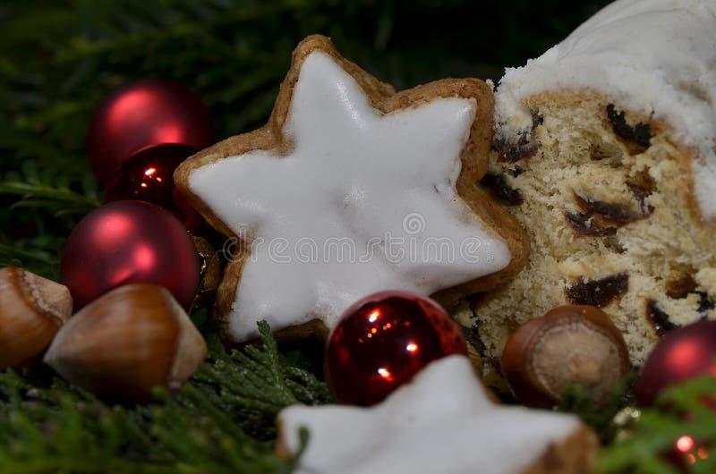 Słodki Niemiecki chleb z rodzynkami, lodowacenie cukierem i boże narodzenie dekoracją zdjęcia royalty free