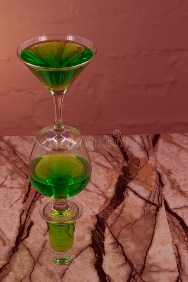 Słodki odświeżenie mennicy ajerkoniak z lodowymi i nowymi liśćmi na łupkowej tacy karmić na szarość betonu kamienia stole, zamkni fotografia royalty free