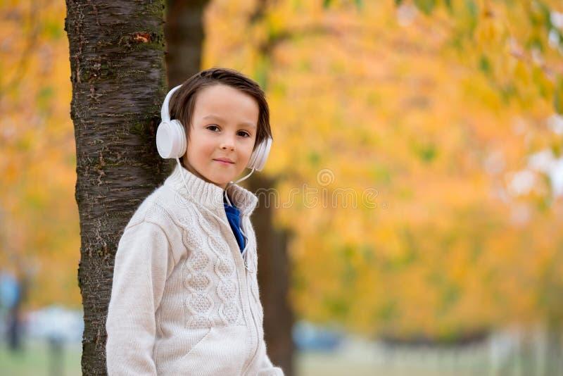 Słodki portret preschool dziecko, słuchająca muzyka z headph obrazy stock