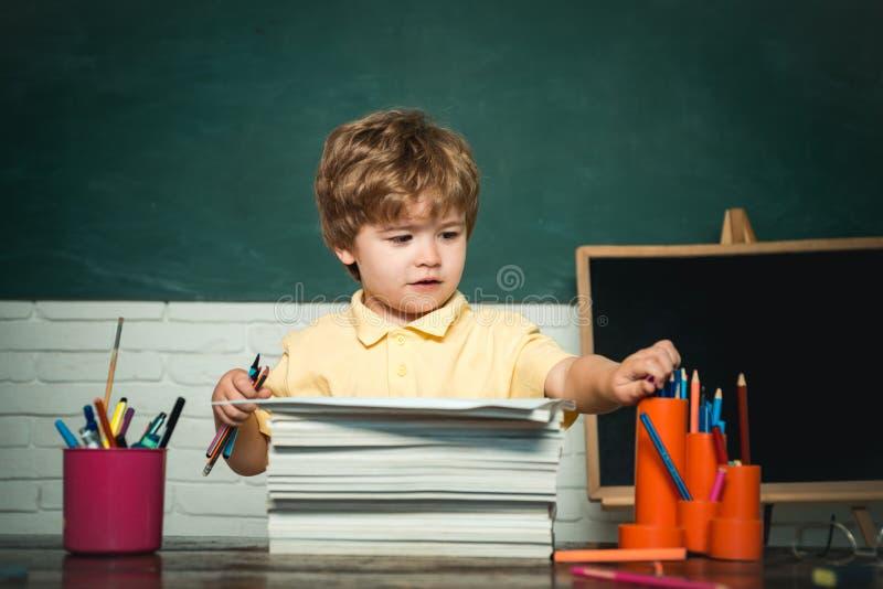 Słodki przedszkolak uczy się w klasie Zabawne dziecko na tablicy - koncepcja szkolna Dzieciak jest fotografia royalty free