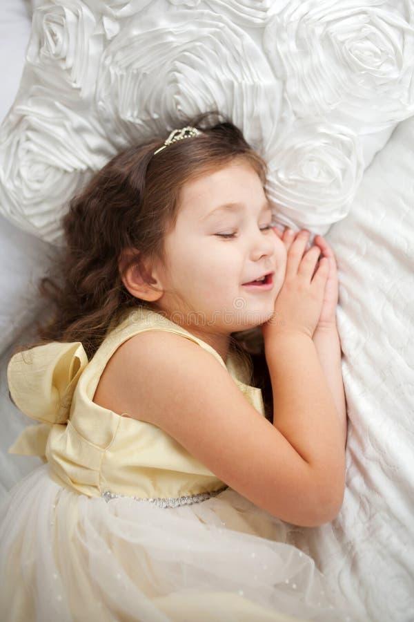 słodki sen Szczęśliwy uśmiechnięty dzieciaka dosypianie zdjęcie royalty free
