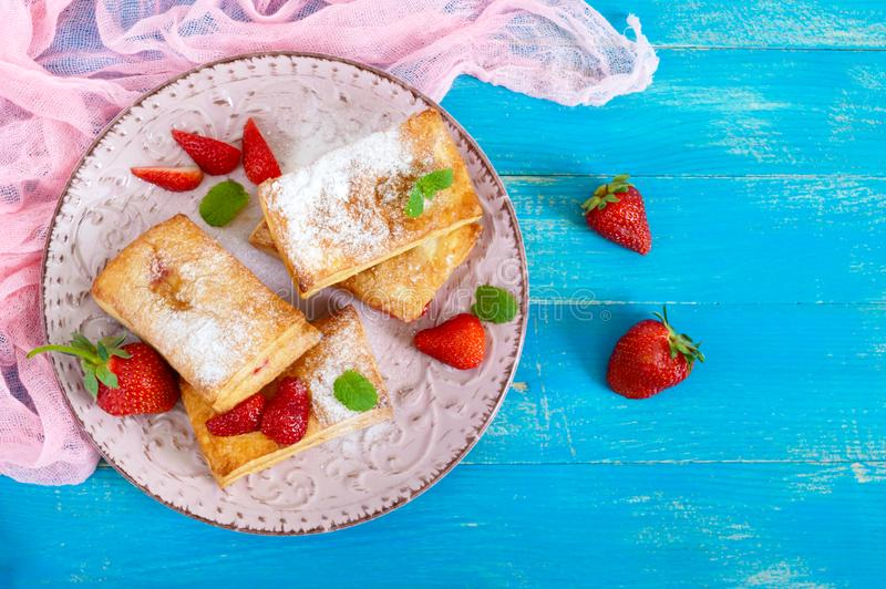 Słodki smakowity ptysiowego ciasta deser na talerzu na drewnianym tle Wyśmienicie domowej roboty ciastka z truskawkowym dżemem obrazy stock