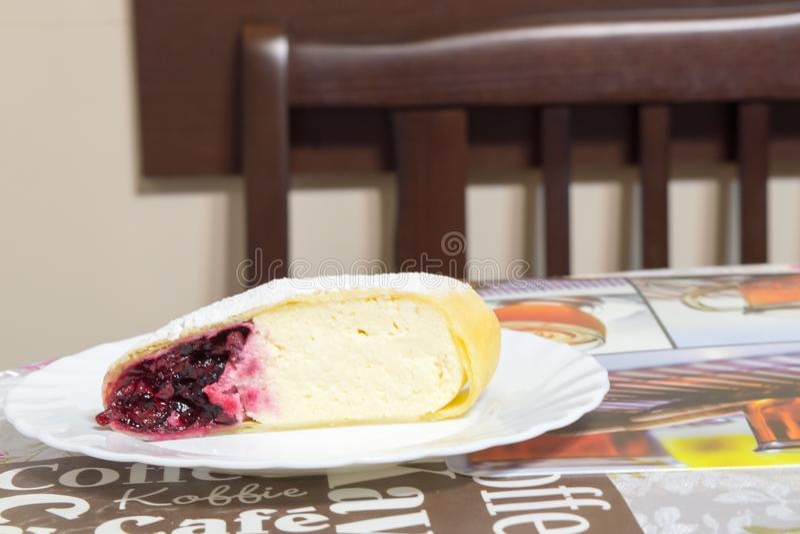 Słodki strudel z serem i wiśnią fotografia stock