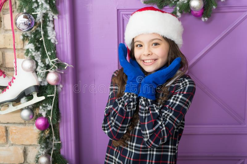 Słodki szczęśliwy nowy rok wesoła dziewczyna w kapeluszu i rękawiczkach. aktywność zimowa zakupy sezonowe obraz stock