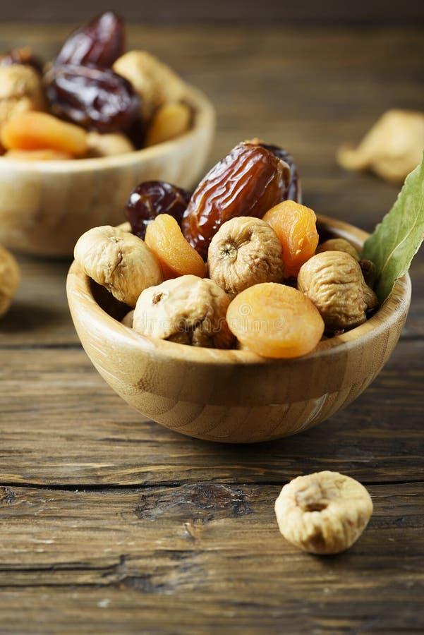 Słodki włoch suszący czupirzy, morele i daty na drewnianym stole obrazy stock