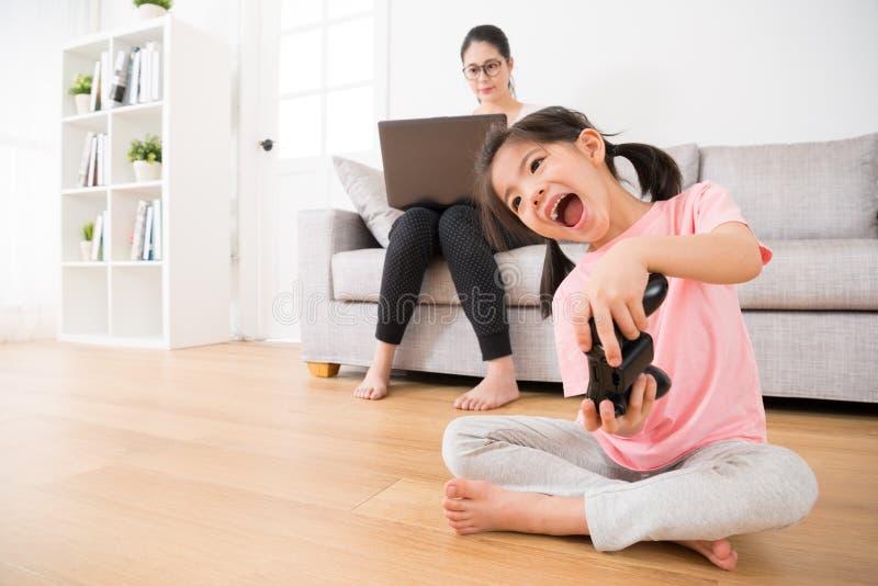 Słodkich małych dziewczynek dzieci mienia szczęśliwy joystick zdjęcie royalty free