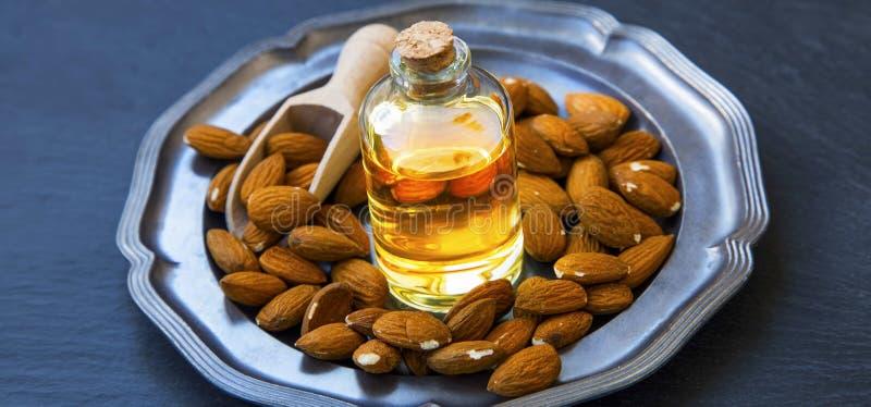 Słodkich migdałów olej dla skincare i karmowego use, zdrowi sadło oliwi, fotografia stock