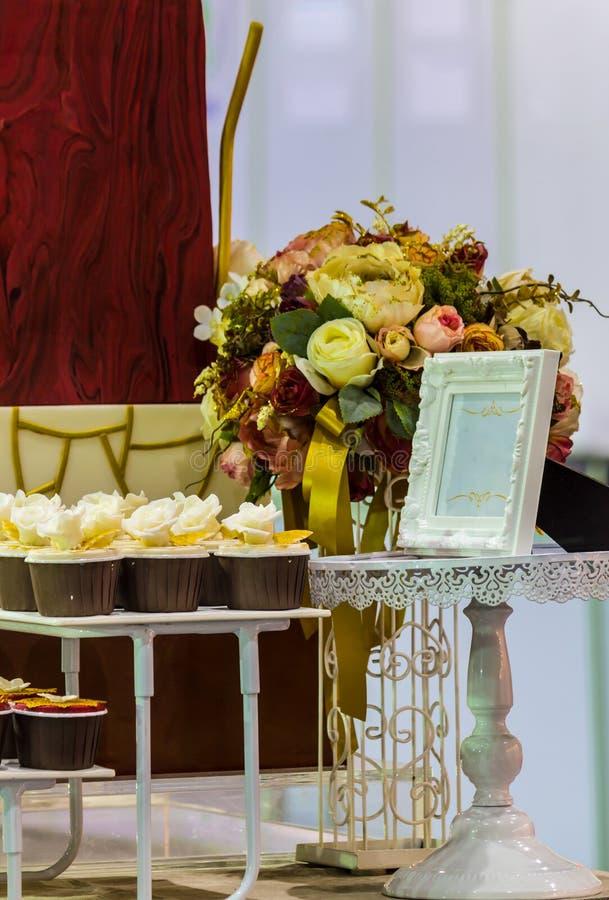 Słodkie ślubne babeczki zdjęcie stock