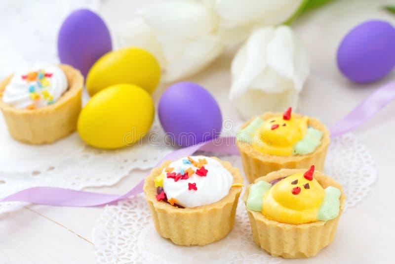 Słodkie kurczak babeczki i Wielkanocni jajka obraz royalty free