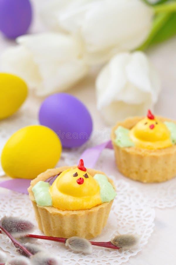 Słodkie kurczak babeczki z Wielkanocnymi jajkami obraz royalty free