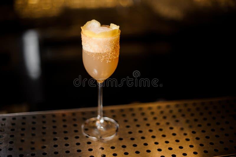 Słodkiego wina szkło wypełniał z smakowitym brandy crusta koktajlem na obraz royalty free