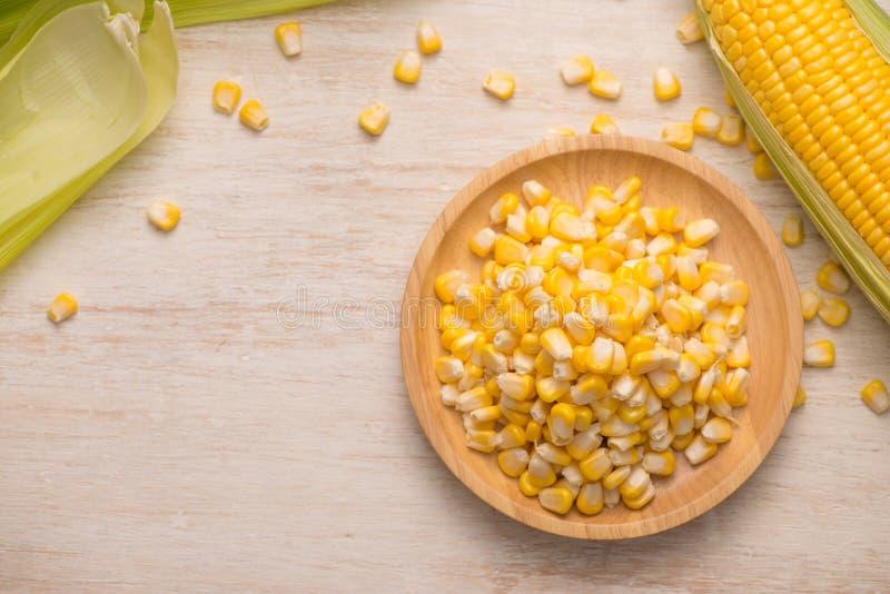 Słodkiej kukurudzy ziarna na drewnianym talerzu obrazy royalty free