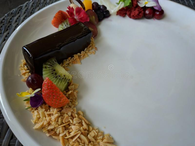 Słodkości czekoladowego mousse tort słuzyć z dobry matrycować fotografia royalty free