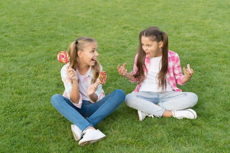 Słodycze są złe dla moich zębów Nieszczęśliwe dziecko pokaż zęby dziewczynce Zdrowie psychiczne Higiena zębów Klinika stomatologi fotografia royalty free