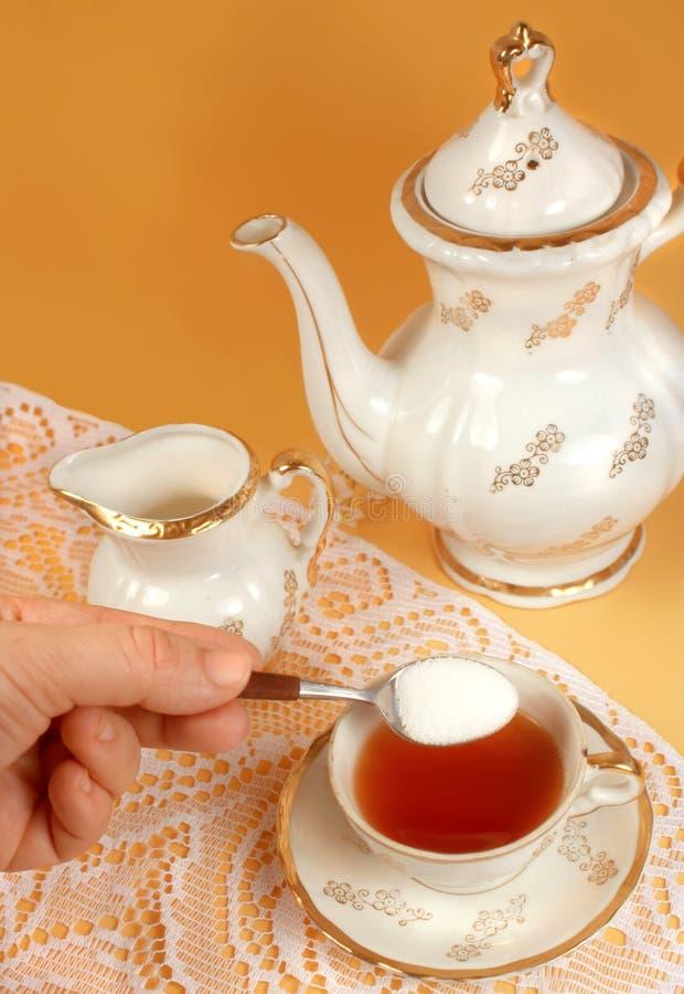 słodzenie na herbatę. obrazy stock