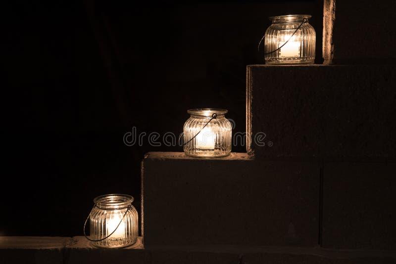 Słojów światła na krokach w ciemności zdjęcie royalty free