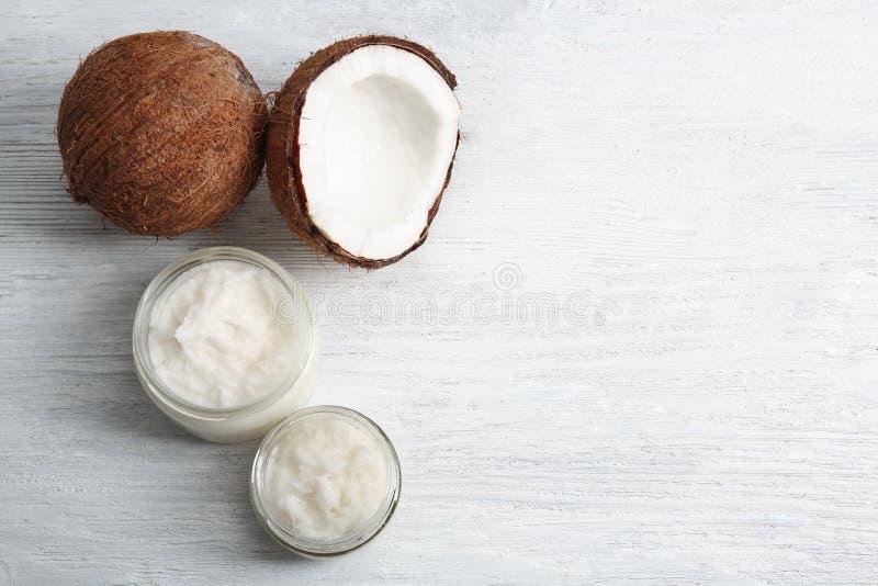 Słoje z świeżym kokosowym olejem i dokrętką zdjęcia stock