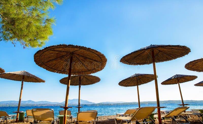 Słomiane markizy Grecja przy tłem i stały ląd zdjęcie royalty free
