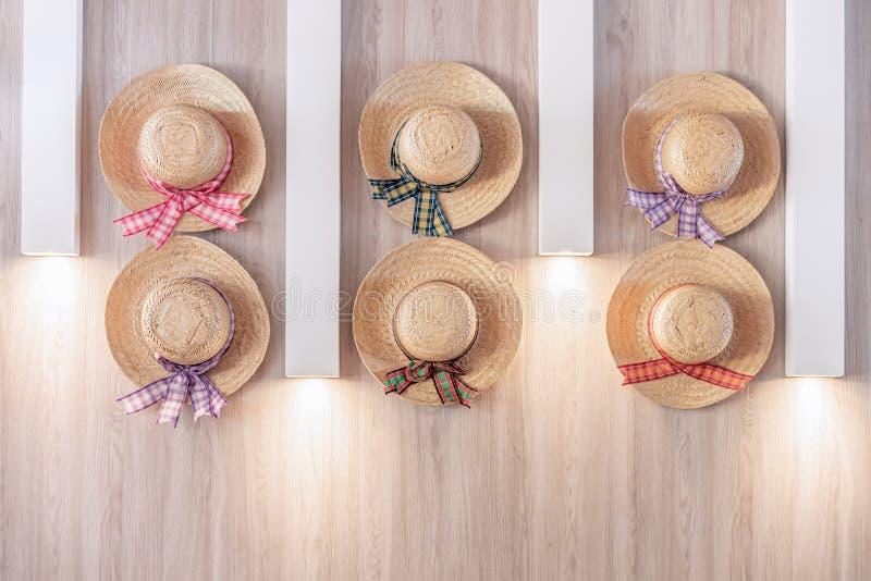 Słomianego kapeluszu tło jest symbolem Saint John festiwal w północnym wschodzie Brazylia zdjęcie royalty free