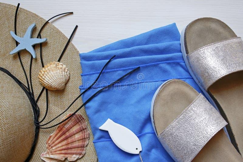 Słomiany kapelusz, kapcie, plażowy ręcznik i seashells, obraz royalty free