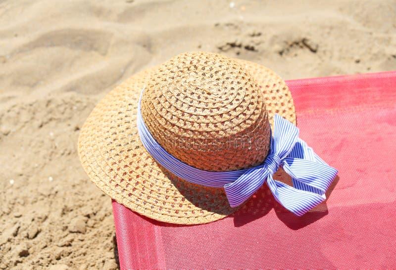 słomiany kapelusz na deckchair zdjęcia stock