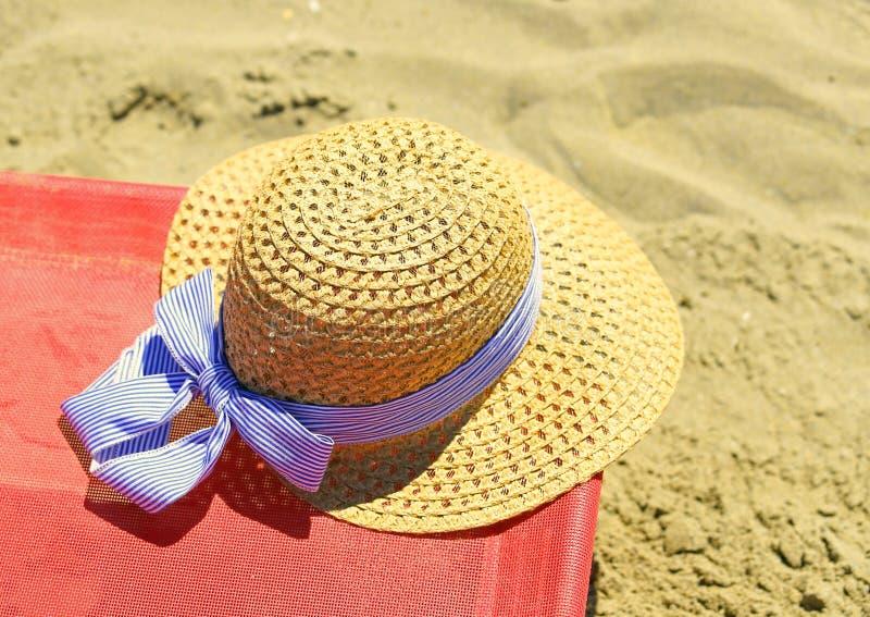 Słomiany kapelusz na deckchair w lecie obrazy stock