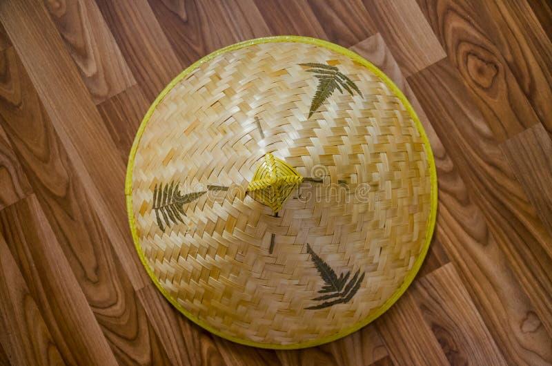 Słomiany kapelusz na parkietowym zdjęcie stock