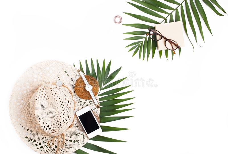 Słomiany kapelusz, telefon komórkowy, szkła i palmowego liścia mieszkanie nieatutowy, obrazy stock