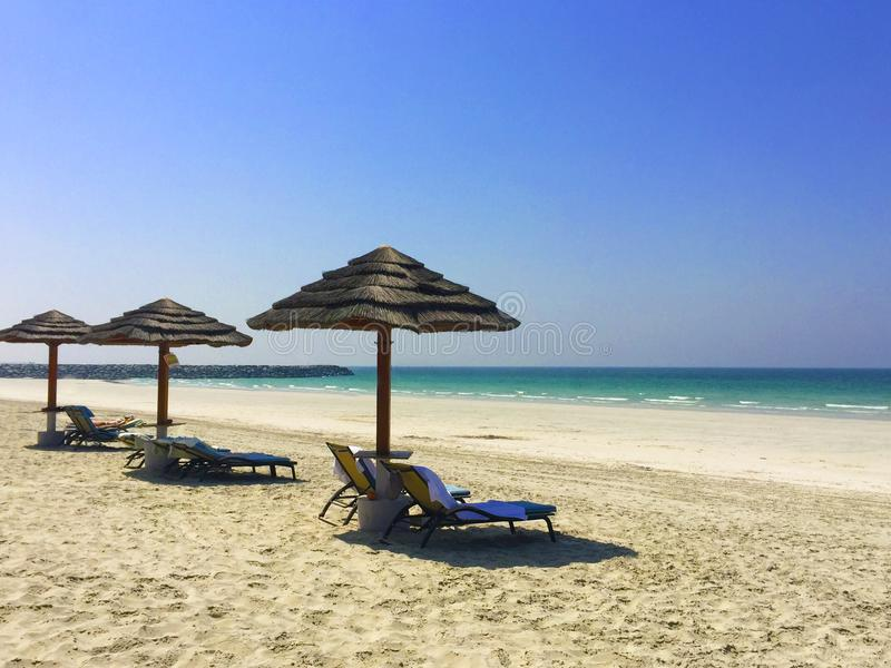 Słomiany parasol na plaży tła piłki plaży piękna pusta lato siatkówka Plaża i gree zdjęcie stock