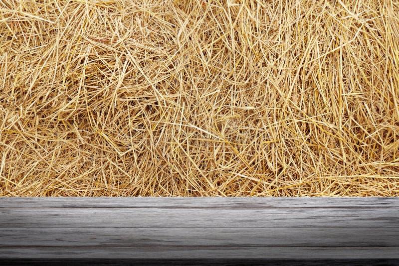 Słomiany tło i drewniana deska, słomy ściana, słomiana tło tekstura, drewniany podłogowy deska stół pusty na suchej ryżowej słomy obrazy royalty free
