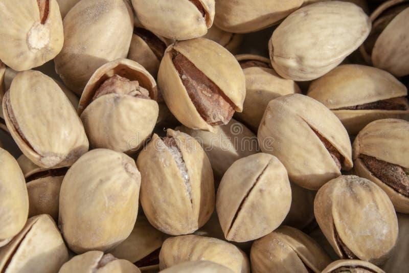 Słone wyśmienicie otwarte pistacje w pucharze brązu naturalny tło od naturalnych dokrętek obrazy royalty free