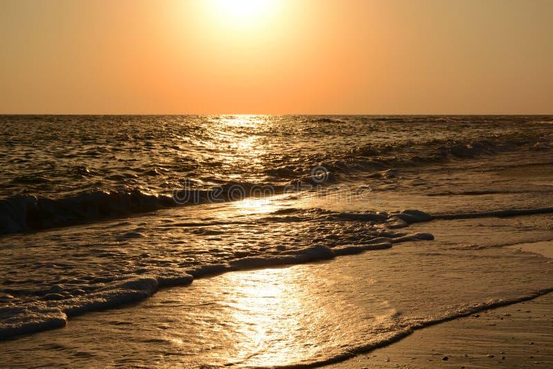Słoneczna ścieżka na morzu przy zmierzchem obrazy royalty free