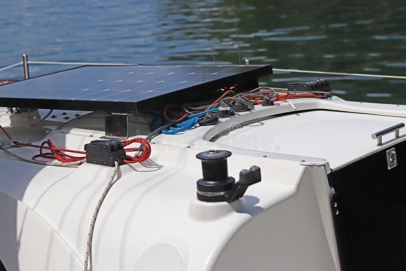 Słoneczna bateria dla rozwoju elektryczny prąd pod wpływem światła słonecznego wspinał się na pokładzie mały żeglowanie jacht obrazy royalty free