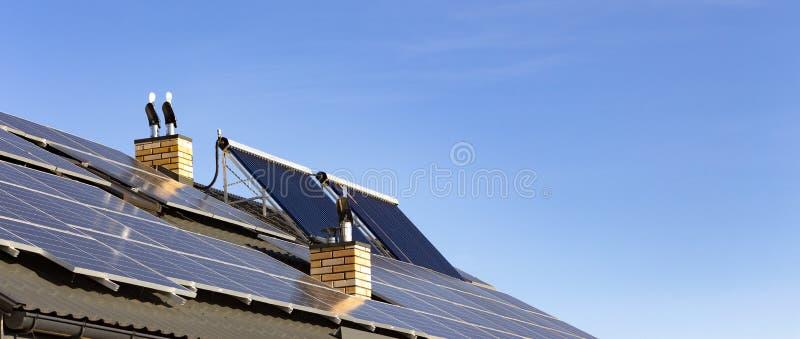 Słoneczna instalacja dla pokolenia zielona elektryczność i wodny ogrzewanie na dachu mieszkaniowy dom zamknięty w górę fotografia stock