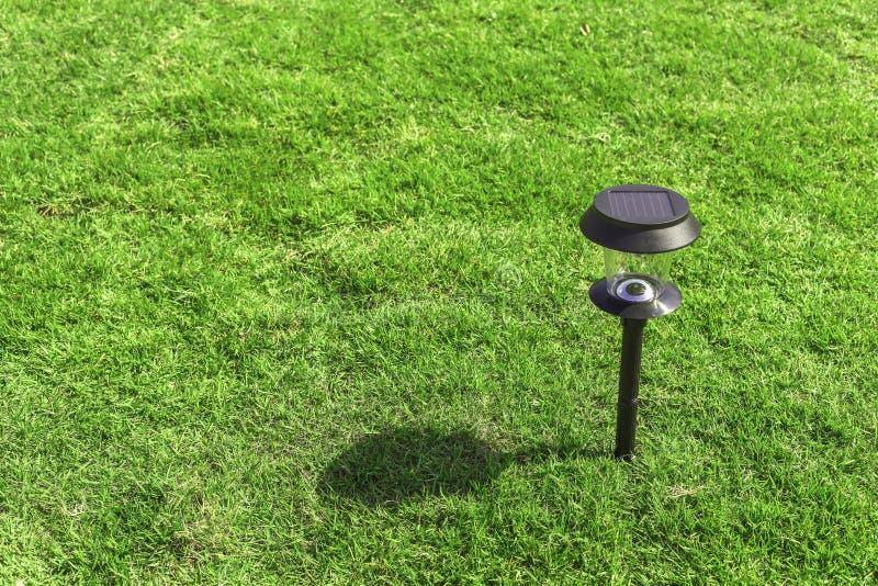 Słoneczna lampa w ogródzie z cieniem fotografia stock
