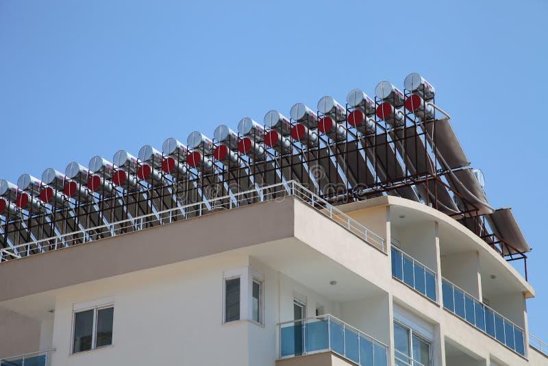 Słoneczni wodni nagrzewacze na dachu zdjęcie stock